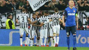 Juventusspelarna jublar över det enda målet i kvartsfinalen mot Monaco.