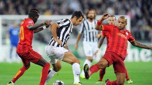 Mirko Vucinic skyddar bollen mot Galatasaray.