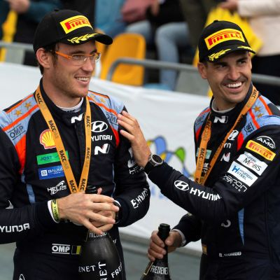 Thierry Neuville (vas.) voitti Katalonian MM-rallin ja Dani Sordo (oik.) sijoittui kolmanneksi.