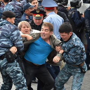 Demonstranter grips under presidentvalet i Kazakstan
