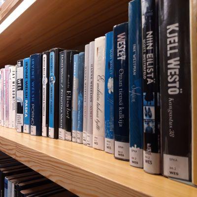 Ruotsinkielisiä kirjoja on Seinäjoen kirjastossa muutaman hyllymetrin verran.
