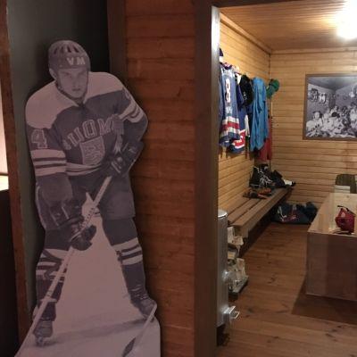 Entisaikojen pukukoppi SaPKon 90-vuotisnäyttelyssä Savonlinnan Riihisaaressa