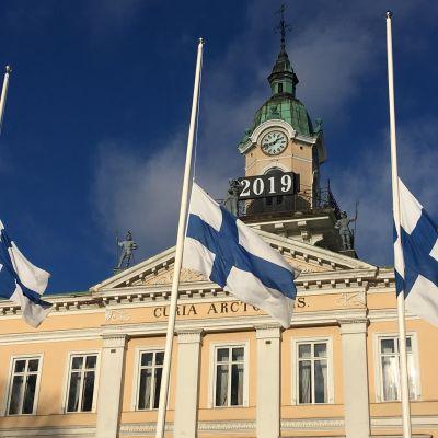 Porin kaupunki suruliputtaa Olli Lindholmin kuoleman takia.