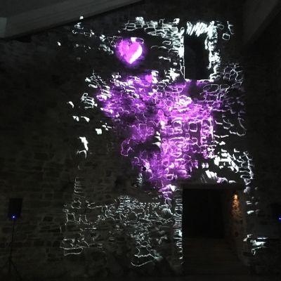 Olavinlinnassa nähdään valon ja arkkitehtuurin leikkiä videotaiteen keinoin.