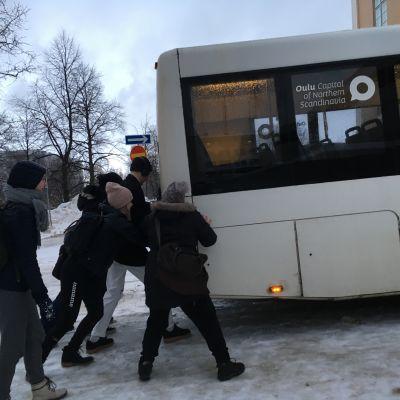 Linja-autot ovat olleet vaikeuksissa Oulun keskustan jäisillä kaduilla.