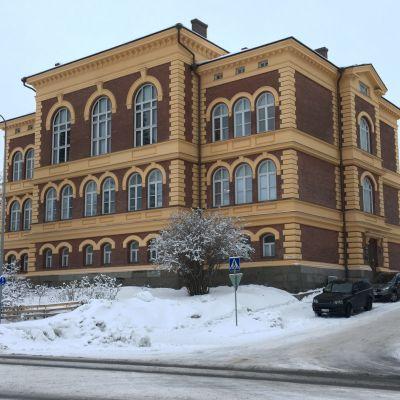 Savonlinnan kaupungintalo talvisäässä.