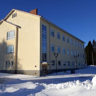 Karsikon vanha koulu odottaa purkupäätöstä Joensuussa.