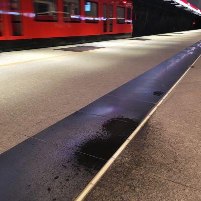 Lauttasaaren metroasemalla tippuu vettä katosta asemalaiturille