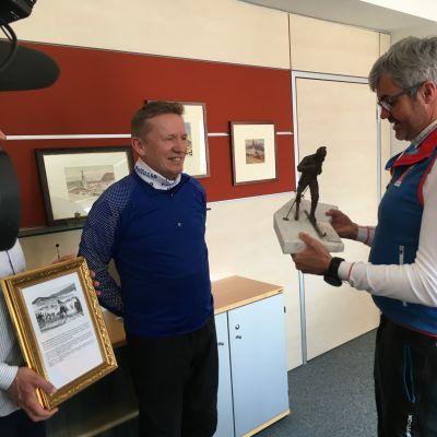 Pellon kunnanjohtajan Eero Ylitalon tuoman Mäntyranta-patsaan otti vastaan Seefeldin pormestari Werner Frießer.