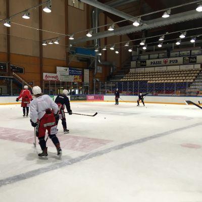 Jääkiekkojoukkue SaPKon harjoitukset Talvisalon jäähallissa