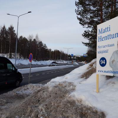 Eduskuntavaaliehdokas Matti Henttusen (kok.) vaalimainos Ounasrinteentiellä Rovaniemellä.