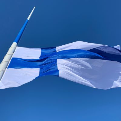Suomen lippu nousee satametriseen salkoon.