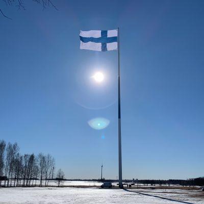 Suomen lippu Haminan satametrisessä tangossa.