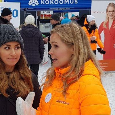 Sara Tuisku ja Jaana Pelkonen eduskuntavaalikampanjatilaisuudessa Rovaniemen Lordin aukiolla 16.3.2019.