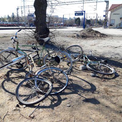 Kasa huonokuntoisia ja hylättyjä pyöriä Joensuun juna-asemalla.