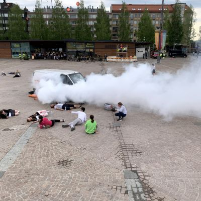 Pakettiautosta tulee savua Mikkelin torilla suuronnettomuusharjoituksessa.