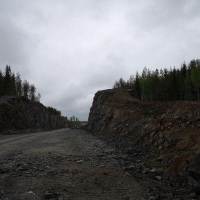 Viitostielinjaa kallioleikkausten keskellä Mikkelin ja Juvan välillä.