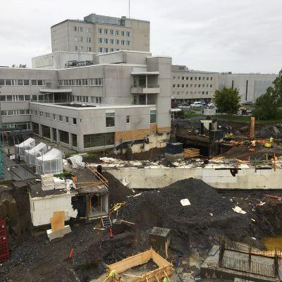 Vaasan keskussairaalan uusi H-rakennus yhdistää perusterveydenhuollon, erikoissairaanhoidon ja sosiaalihuollon maakunnallisia ja yksityisiä palveluita.
