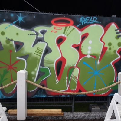 Graffiti näyttelyssä Kuopion matkustajasatamassa.