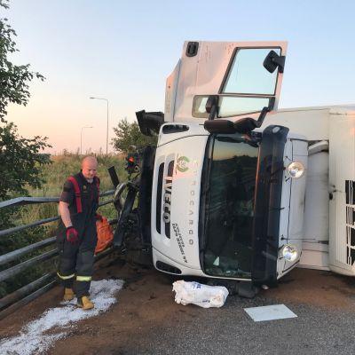 Rajasalmen sillalle kaatunut kuorma-auto, pelastuslaitos torjuu öljyvahinkoja.