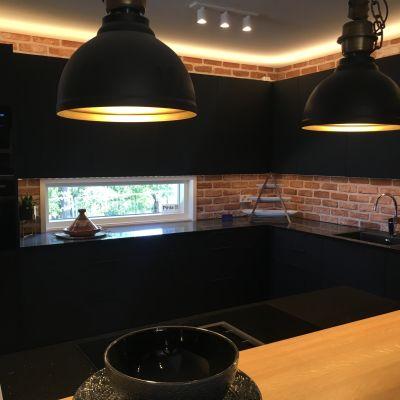 Väritykseltään musta keittiö Kouvolan asuntomessuilla.