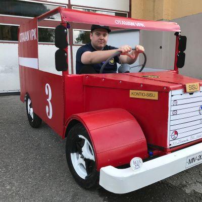 Otavan VPK:laiset rakensivat mäkipaloauton, Sami Ruotsalainen ratissa.