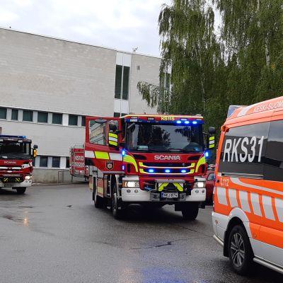 Pelastuslaitoksen yksiköitä Jyväskylä kemian laitoksella.