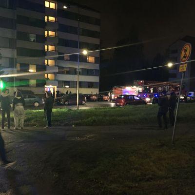 Hellalla syttynyt paperi ajoi kerrostalon asukkaat ulos syysiltaan Tampereen Järvensivulla. Tuuletuksen jälkeen väki pääsi kuitenkin kotiinsa.