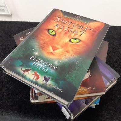 Soturikissat -kirjoja pinossa pöydällä