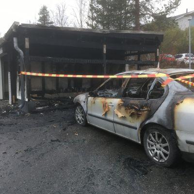 Roskakatoksen tulipalon aiheuttamaa tuhoa Rovaniemen Korkalovaarassa 15. lokakuuta 2019.