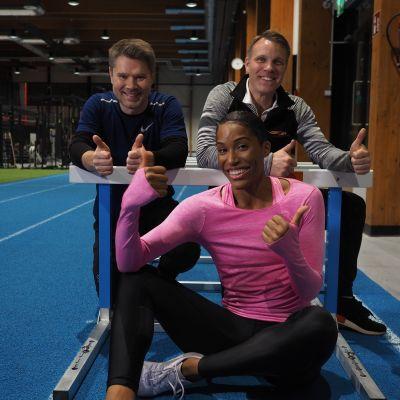 Fysioterapeutti Jukka Kangas, valmentaja Jani Ratia ja Phylicia George.
