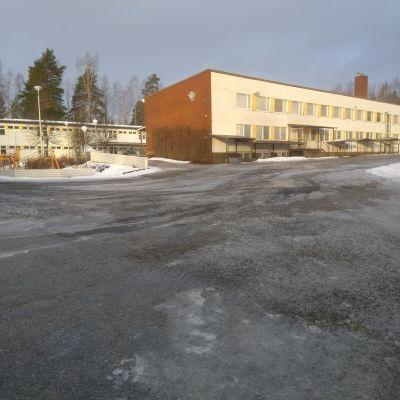 Otsonkoululaiset Ähtärin keskustassa ovat evakossa. Koulua käydään kahdessa paikassa koulurakennuksen sisäilmaongelmien takia.