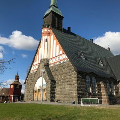 Pomarkun kirkko taustallaan Pomarkun vanha kirkko.