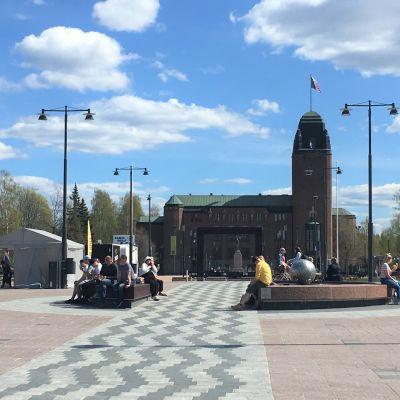 Näkymä Joensuun torilta kaupungintalolle päin.