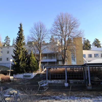 Myynnissä oleva entinen Lohikon vanhainkoti Kankaapäässä.