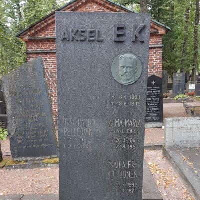 Kuva Aksel Ekin hautakivestä.