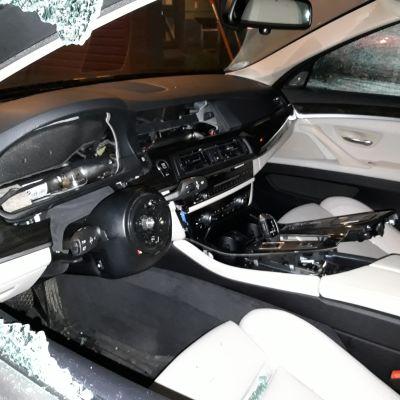 BMW-merkkisistä henkilöautoista vietiin elektroniikkaa yli 300 000 euron arvosta. Kuva on osa poliisin esitutkintamateriaalia.