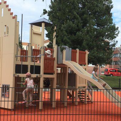 Joensuulaislapset ovat jo löytäneet remontoidun Kanavapuiston uudet leikkivälineet kiipeilytelineineen ja liukumäkineen.