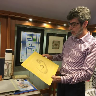 Kalligrafi verstaallaan Istanbulissa, kädessään työ jossa arabiaksi vav-kirjain.