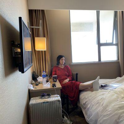 Kirsi Crowley karanteenihotellissa.