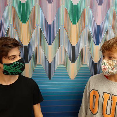 Lauttasaaren yhteiskoulun seitsemäsluokkalaiset Riku Seiferling ja Pessi Kulmala tekivät itse koulussa tällaiset maskit.