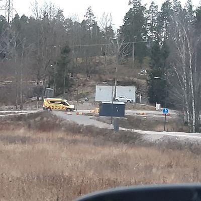 Ambulanssi harhaili maanantai-iltapäivällä suljetulla tieosuudella.