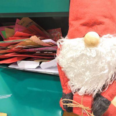 Joulutervehdysten keräyslaatikkoon Lieksassa kertyi värikkäitä joulukortteja ikäihmisille.