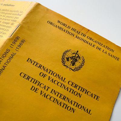 Maailman terveysjärjestö WHO:n kansainvälinen rokotustodistus eli niin sanottu keltainen kortti.