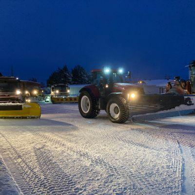 Lumiauroja ja traktoreita.