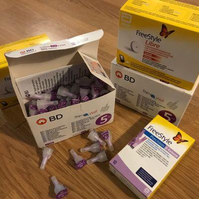 Diabeteshoitotarvikkeita: Kynäneuloja, sensoreita, liuskoja.