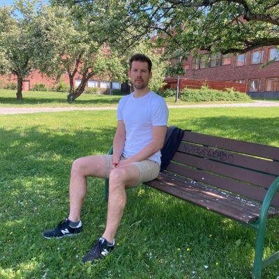 Jalkapalloprofessori Mihaly Szerovay istuu puistonpenkillä