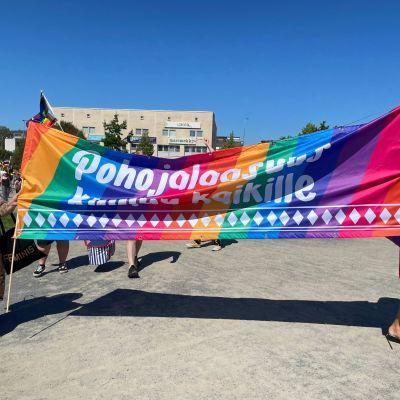 Pride-lippu Seinäjoen kulkueessa.
