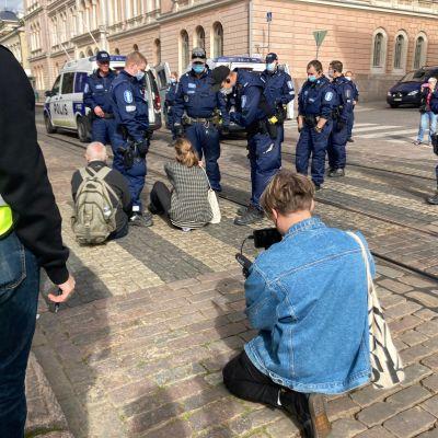 Elokapinan mielenosoitus on parhaillaan käynnissä Snellmanninkadulla Helsingissä.