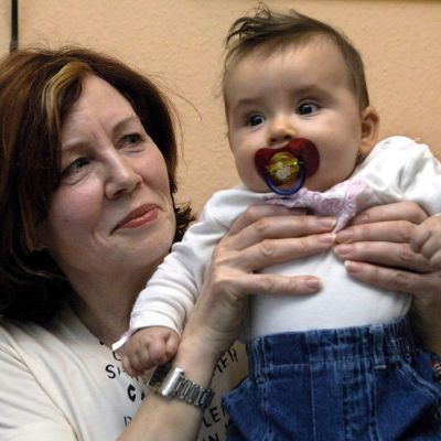 Annegret Raunigk med ett av sina barn år 2005.